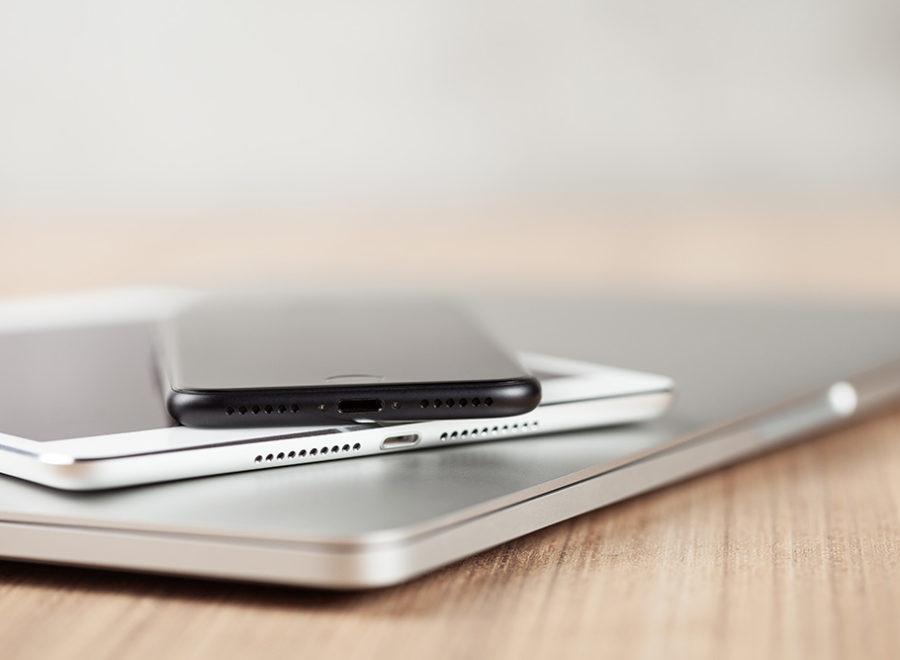 iPhone, iPad und MacBook Pro auf einem Schreibtisch